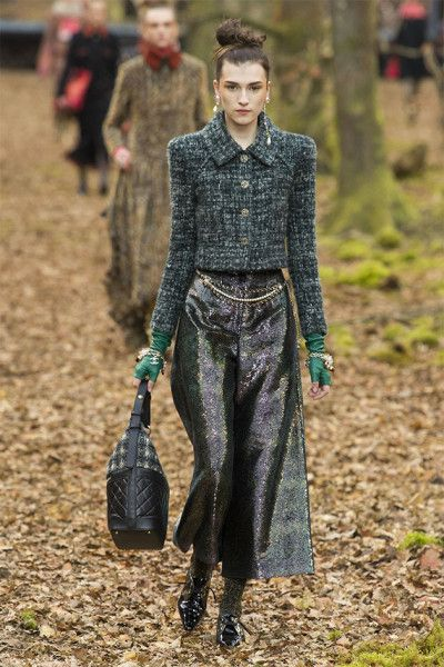 Chanel Fall 2018 Ready-to-Wear Fashion Show - Chanel Fall 2018 Ready-to-Wear Collection – Vogue -