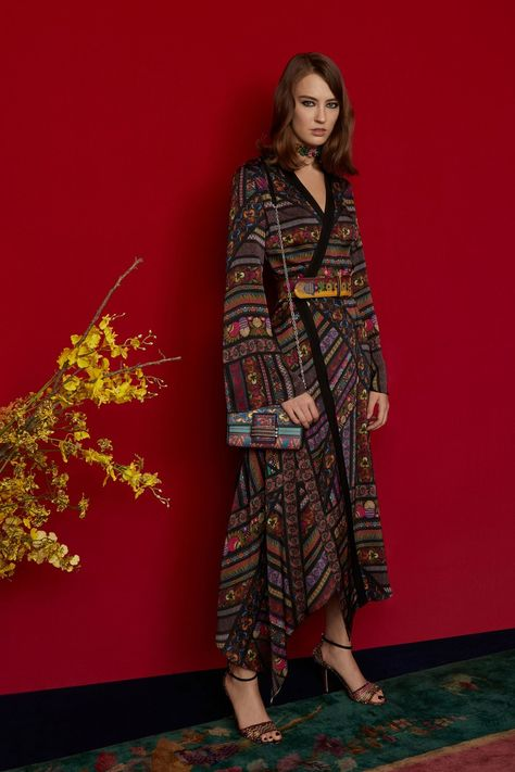 Etro Pre-Fall 2018 collection, runway looks, beauty, models, and reviews.