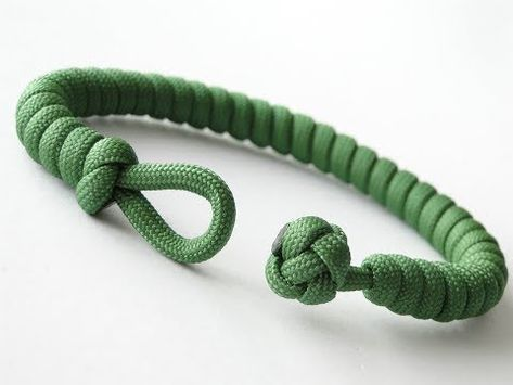 How to Make a Simple Quick Deploy Single Strand Knot and Loop Paracord Survival Bracelet-CbySIn this tutorial I show you how to tie a snake knot. The knot has many uses in rope crafts, from making bracelets, lanyards, to even making dog leashes and z Diy Leather Bracelet, Bracelet Knots, Paracord Bracelets, Bracelet Making, Survival Bracelets, Paracord Bracelet Survival, Simple Bracelets, Bracelets For Men, Diamond Bracelets