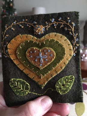 In wool would make good book cover (heart leaf felt embroidery appliqué brown beige tan green)Good page for a Stitch Journal.The best Wool applique ideasI'd like to try this with a peacock designIn lighter, brighter colors Penny Rug Patterns, Wool Applique Patterns, Felt Applique, Embroidery Patterns, Applique Ideas, Print Patterns, Penny Rugs, Felted Wool Crafts, Felt Crafts