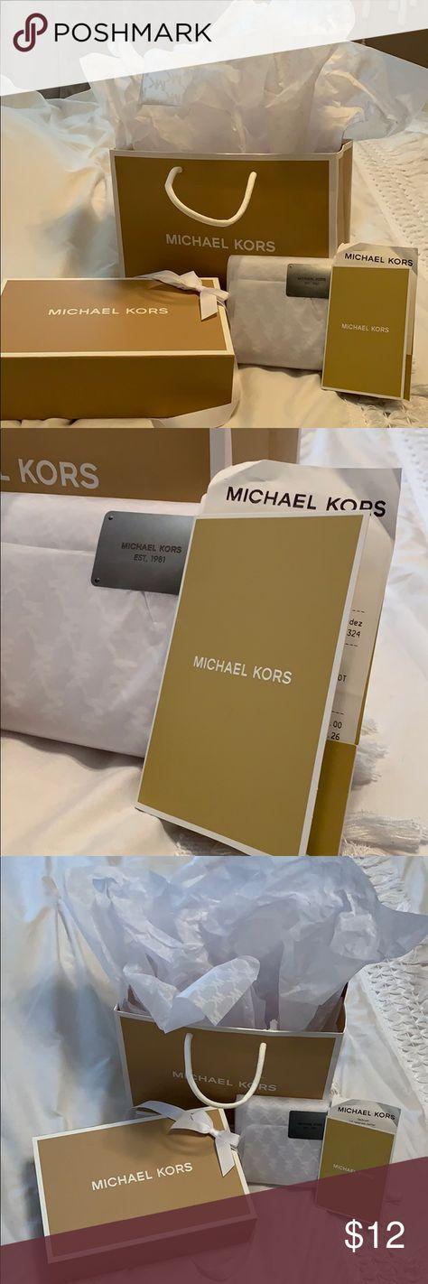 e959c1a4f384 MAKE ME AN OFFER 🛍👜 Michael Kors gift set Michael Kors gift set. Comes
