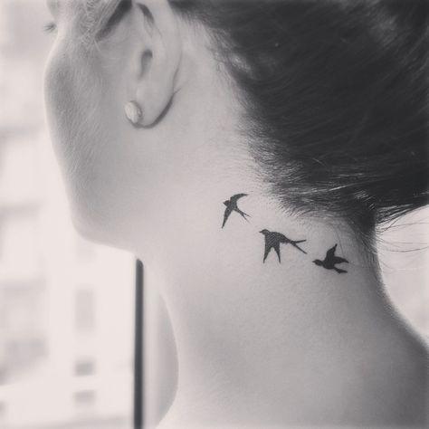 Tatouage de Femme : Tatouage Envolée d'oiseaux Noir et gris sur Nuque !