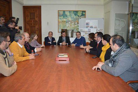 El presidente del Grupo Popular en el Parlamento de Andalucía, Juan Manuel Moreno Bonilla, ha realizado en la tarde de hoy una visita institucional al Ayuntamiento de Rincón de la Victoria.