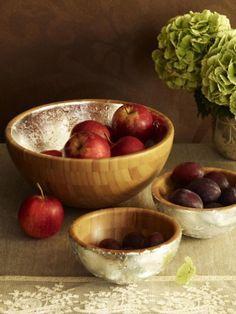 Rot, Gold und Silber harmonieren perfekt miteinander. Mithilfe von Blattsilber- oder auch Gold können Sie Obstschalen aus Holz ganz einfach aufwerten.