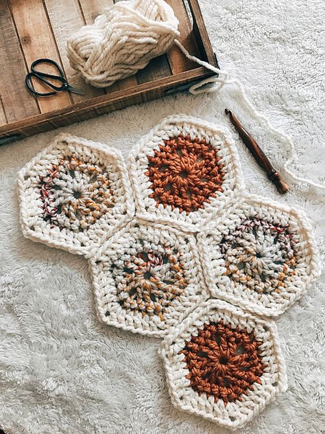 Ravelry: Honeycomb Hexie pattern by Lindsay Oncken (Bundle Han. Ravelry: Honeycomb Hexie pattern by Lindsay Oncken (Bundle Handmade) Granny Square Crochet Pattern, Crochet Blocks, Crochet Squares, Crochet Granny, Crochet Motif, Crochet Stitches, Hexagon Pattern, Easy Crochet, Chunky Crochet