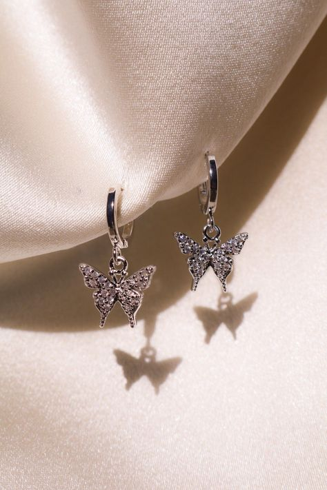 Silver Plated Petite Butterfly Earrings Do you know what you need in your jewelry box? A pretty butterfly! Our lovely silver plated butterfly earrings will absolutely wow you!They come with small… Daha fazlası Ear Jewelry, Cute Jewelry, Jewelry Box, Jewelery, Silver Jewelry, Jewelry Accessories, Silver Ring, Jewelry Armoire, Silver Bracelets