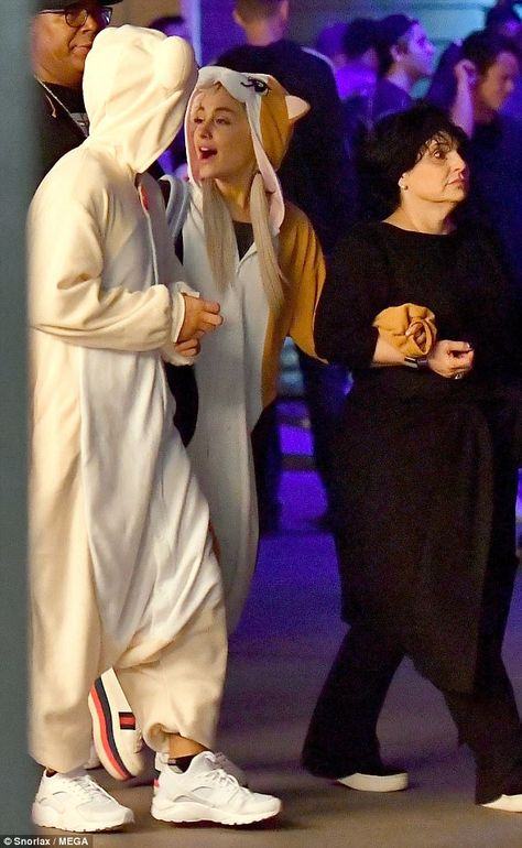 The songstress dressed comfortably in a furry onesie for the night of frights alongside her mother and boyfriend Mac Miller at Knott's Scary Farm on Monday night. Ariana Grande Mac, Ariana Grande Height, Ariana Instagram, Cat Valentine Victorious, Ariana Grande Dangerous Woman, Celebrity Halloween Costumes, Sam And Cat, Ariana Grande Pictures, Jessie J