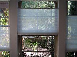 Die Richtigen Fenster Und Rollos Furs Badezimmer Image Credit Badausstellungen De Bad Jalousie Fensterdekorati In 2020 Decor Home Decor Roman Shade Curtain