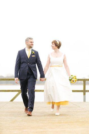 Midi Hochzeitskleid mit Trägern und Petticoat in Gelb (www.noni-mode.de)
