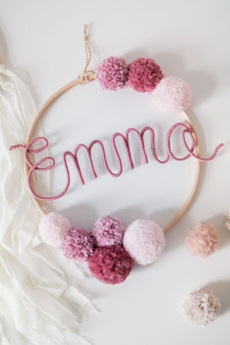 Namenskreis mit #Bommeln als schöne #Deko für das #Kinderzimmer. #Traumfänger #Mobile mit dem #Namen Deines #Kindes. / #decoration idea for your #children's room. Hanging frame with #pompoms and the #name of your #child. #Nursery decoration made by Momo & Carla via DaWanda.com