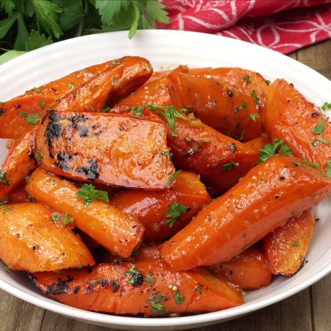 Honey Garlic Roasted Carrots are delicious, tender and tossed in a sweet honey garlic butter sauce. #carrots #roastedveggie #sidedish