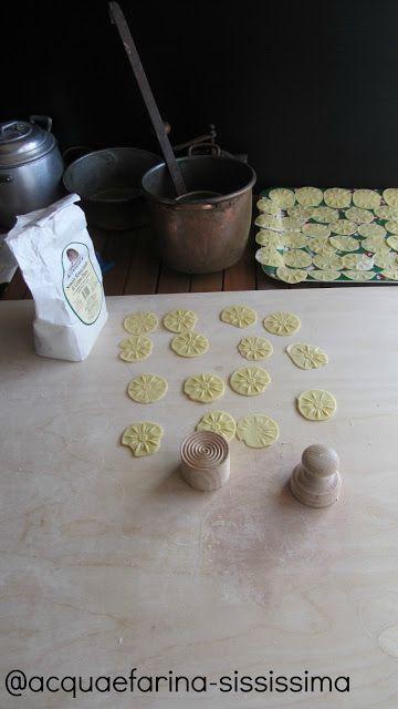 Corsetti con fagiolini piccanti su besciamella di pecorino di Silvia De Leonardis. Blog: http://www.acquaefarina-sississima.com/2013/03/corsetti-con-fagiolini-piccanti-su.html