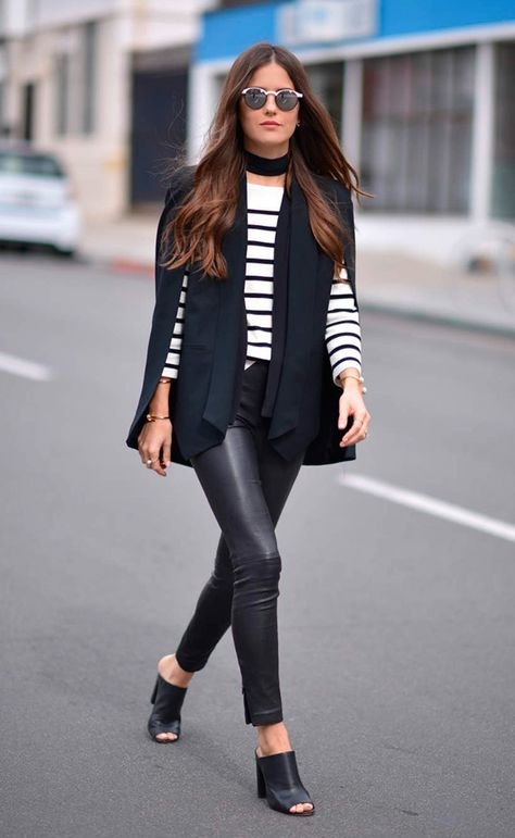 Street style look com blazer capa e blusa listrada.