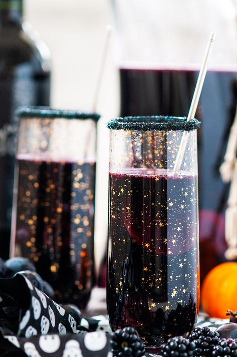 Halloween Witches Brew Black Sangria - Deep, dark witches brew sangria perfect for any Halloween get together! Made with black plums, grapes and berries. Spooky Halloween, Halloween Punch, Halloween Dinner, Halloween Food For Party, Holidays Halloween, Halloween Treats, Halloween Halloween, Halloween Appetizers, Halloween Costumes
