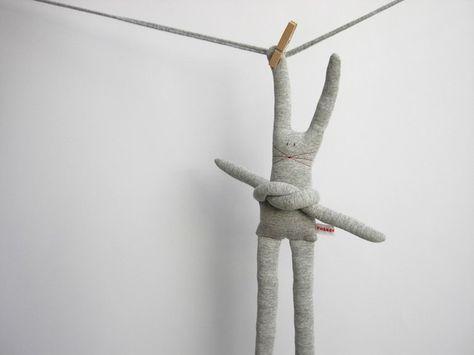 Coniglio in jersey grigio con braccia e gambe lunghe