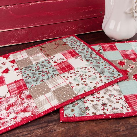 Sewing Gifts Easy Charm Pack Placemat Tutorial Christmas Version - This easy charm pack placemat tutorial is just the project for adding a touch of fun to your table top! Learn how to make these fast and fun placemats! Table Runner And Placemats, Crochet Table Runner, Quilted Table Runners, Quilt Placemats, Christmas Quilting Projects, Christmas Sewing, Christmas Crafts, Christmas Decorations, Quilted Placemat Patterns