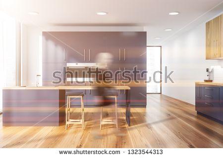 Stockfoto Frau Im Innenraum Der Modernen Kuche Mit Weissen Wanden Bretterboden Moderne Kuche Kuche Holzboden Innenraum
