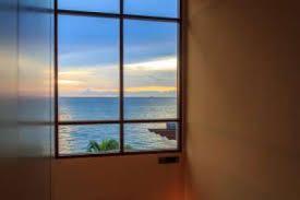 غلاف شفاف يتم رشه على زجاج المنزل لحجب الحرارة وتوليد الكهرباء Windows