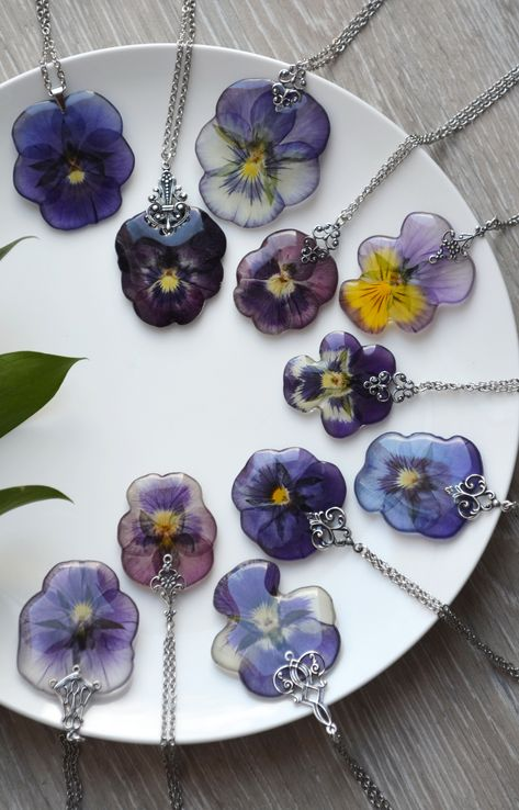 Pendant with pansies in resin. Pendant width: 30 Millimeters Handmade pendant with a real pansy flower in# Botanical Diy Resin Art, Diy Resin Crafts, Jewelry Crafts, Handmade Jewelry, Diy Resin Pendant, Handmade Necklaces, Resin Jewelry Making, Diy Resin Necklaces, Pressed Flower Art