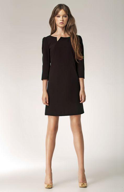 Cette très jolie petite robe noire courte légèrement évasée à manches trois quart et au décolleté original sera tout simplement parfaite pour votre soirée!