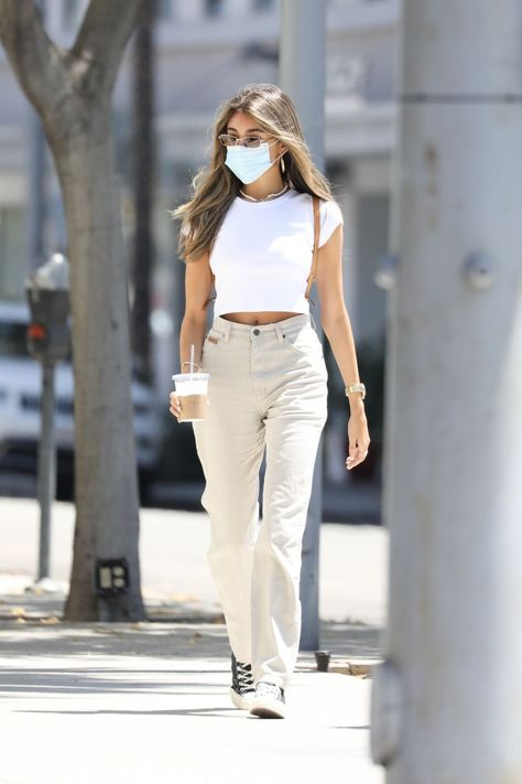 White Jeans Outfit, Beige Outfit, High Top Converse Outfits, Outfit With Black Converse, Jeans Converse Outfit, White High Top Converse, Converse Style, Beverly Hills, Estilo Madison Beer