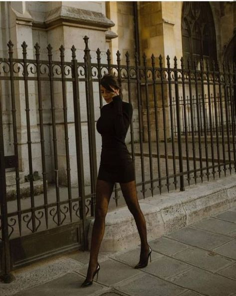 Toute tenue noire, Any black outfit. Bodycon dress with big creoles, black nd baddie. Black Women Fashion, Look Fashion, Fashion Beauty, Winter Fashion, Womens Fashion, Ladies Fashion, Girl Fashion, Fashion 2018, Modern Fashion
