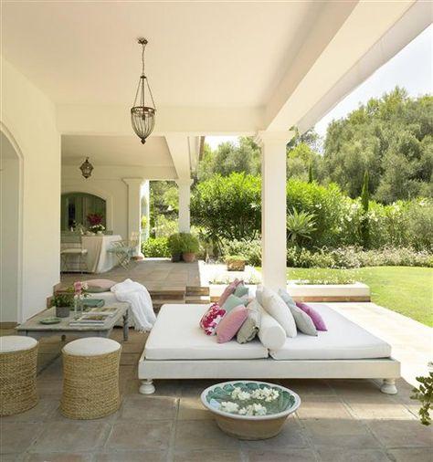 Una casa andaluza en blanco y verde · ElMueble.com · Casas:detalle de la cama india