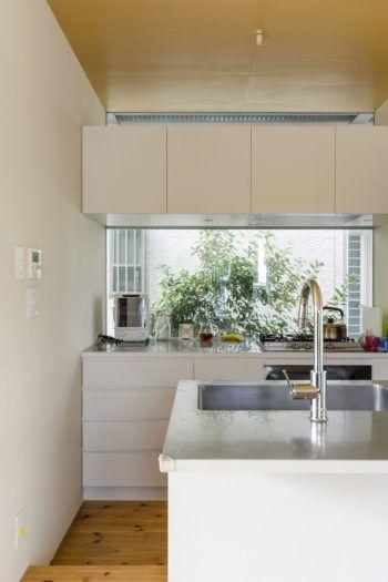 狭いゆえの工夫を重ねて小さい家で広く豊かに住む 小さなキッチン
