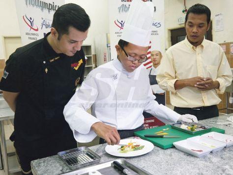 OKU bukti kemampuan dalam masakan  Muhamad Safiuddin menunjukkan skil menyediakan hidangan pembuka selera yang bakal dihidangkan dalam pertandingan bulan depan.  SELAYANG - Minat dalam bidang masakan tidak disia-siakan seorang orang kurang upaya (OKU) yang menghadapi masalah pendengaran selepas bakatnya bakal dipertandingkan dalam pertandingan Abilympics di Perancis bulan depan.  Pelajar tahun akhir Kursus Asas Kulinari Kolej Komuniti Selayang Muhamad Safiuddin Rosli 20 berkata dia tidak…