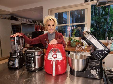 Vocês que me acompanham, sabem o quanto eu amo cozinhar e aqui em casa tenho alguns produtos que me ajudam muito. Eu tenho esse quarteto de respeito, super companheiros, que fazem parte do meu dia a dia. Um liquidificador potente, uma batedeira planetária super versátil, uma panela de pressão muito segura e a incrível e prática air fryer (amo muito!) Do café da manhã ao jantar, os produtos da Mondial estão sempre presentes. Não abro mão! #mondial #receitasmondial #aescolhainteligente
