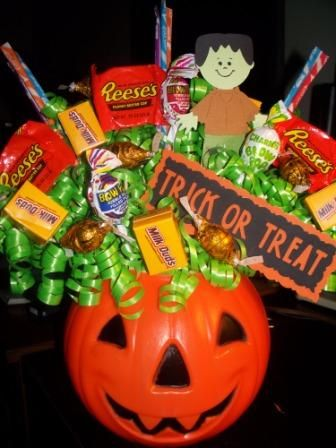 Bouquet de caramelos de halloween utilizando una calabaza plástica, sencillo y decorativo. #DecoracionHalloween