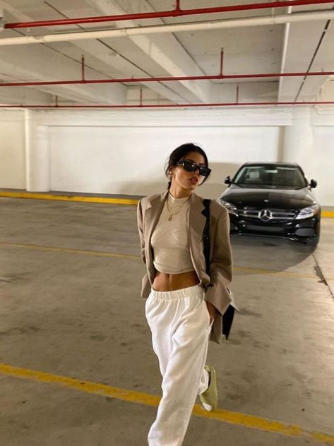 How to style white sweatpants with a blazer for a casual chic outfit. How to style a designer bag with sweatpants for a fashion event in London. How to look chic in sweatpants for a casual day out. Mode Outfits, Fall Outfits, Summer Outfits, Travel Outfits, Blazer Outfits, White Outfits, Night Outfits, Look Fashion, Autumn Fashion