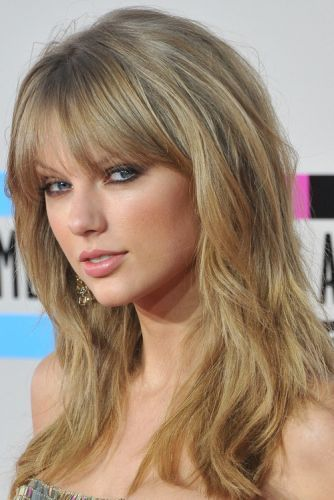 Taylor Swift Blonde Long Layers Haircut With Full Bangs Holiday Hair For Women Over 3 Layered Hair With Bangs Layered Haircuts With Bangs Long Layered Haircuts