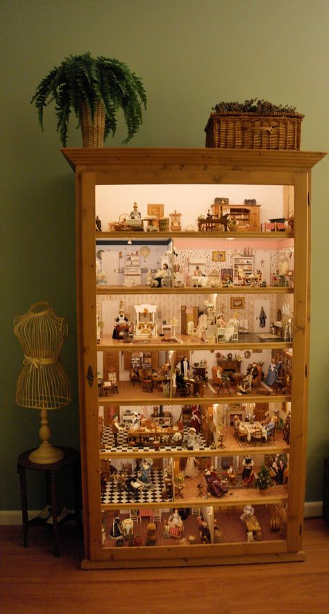 My dollhouse in a cabinet with Led light. Mijn poppenhuis in vitrinekast verlicht met LED strips Miniature Rooms, Miniature Crafts, Miniature Houses, Victorian Dollhouse, Modern Dollhouse, Diy Dollhouse, Vintage Paper Dolls, Antique Dolls, Diy Doll Miniatures