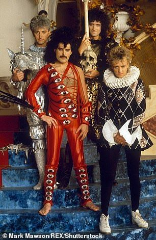Queen bass player John Deacon now wears sensible anoraks and grey trousers Queen Pictures, Queen Photos, Paolo Nutini, Queen Freddie Mercury, Queen Band, John Deacon, Miles Davis, Numero Hotel, Pop Punk