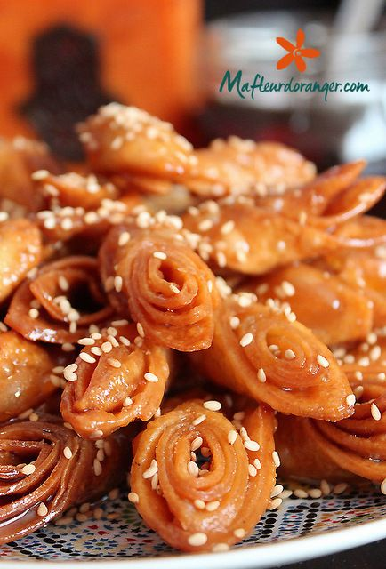 On l'appelle selon les régions bligha, warda au miel, lsan tir au miel etc.., Un des gâteaux au miel qu'on prépare traditionnellement pour le ramadan et qui reste relativement simple et économique comparé à d'autres comme la chabakia par exemple. J'aime...