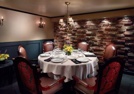 This One Is An Example Of A Simple Private Room With A Low Ceiling And Round Table I Like The Left Wall And Th Private Dining Room Private Dining Low Ceiling