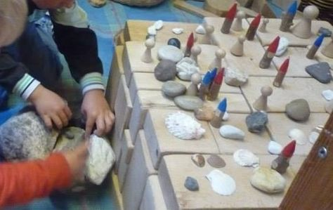 Bouwen met blokken, stenen, schelpen en boomstronkkaboutertjes