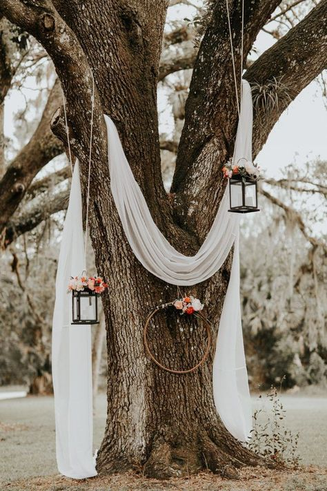 Du lin blanc drapé, des lanternes suspendues et des couronnes florales créent un rêve