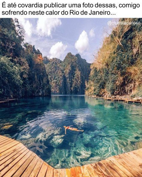 Mas eu não vou sofrer de inveja sozinho, vou mostrar pra vocês mesmo!! . Essa pessoa sem graça tá boiando no Kayangan Lake, nas Filipinas. . O lago Kayangan foca no município de Coron e é acessível por uma subida íngreme de 10 minutos. Suas águas cristalinas do Lago Kayangan estão cercadas pelas paredes das montanha. . Há uma pequena passarela de madeira e uma plataforma para guardar suas coisas se você for nadar. E, sim, pode ficar cheio de gente que vai nos barcos que levam turistas pra passea