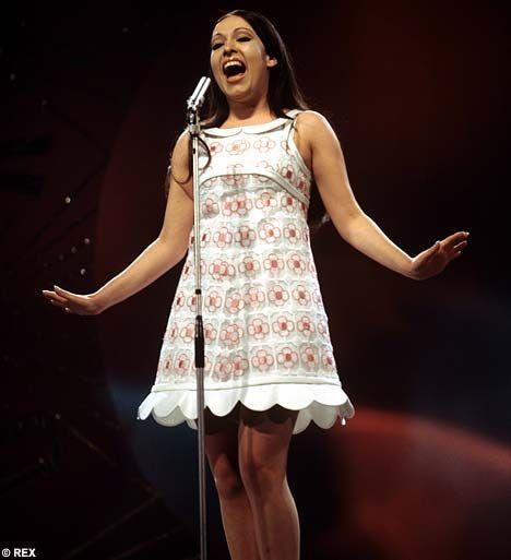Courrèges diseñó el vestido que llevó Massiel en Eurovision cuando ganó en 1968 con el La La la de Serrat.