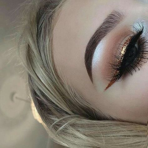 Gold Liner - 25 Dazzling New Year's Eve Makeup Ideas - Photos