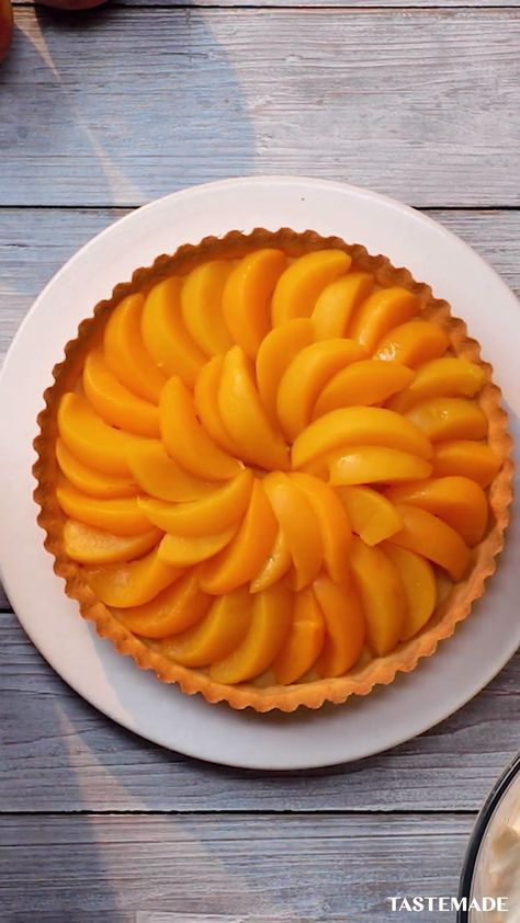 This isn't just an easy homemade peach pie recipe, but it's a 4-ingredient no bake pie! All you need is canned peaches, double cream, some pastry dough and icing sugar. You can do it with your eyes closed. Almost.