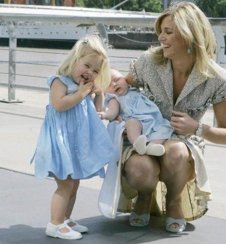 Prinses Maxima en Amalia en baby Alexia naar Argentina.    Third birthday of Amalia, 7 December 2005