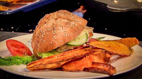 Photo of Rezept von Alfred Fahr: Räucherlachs-Burger mit Süßkartoffel-Pommes   BR.de