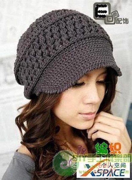 Женская шапка крючком с козырьком