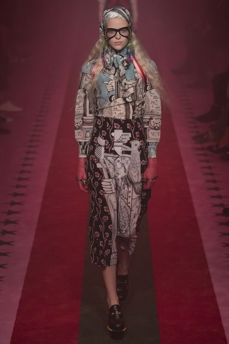 Gucci Spring 2017 Ready-to-Wear collection, runway looks, beauty, models, and reviews.