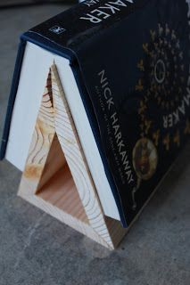 Wood Projects This is great! I need one of these, because when I am reading in bed and want to put the book down, i never have a bookmark handy, and I am always reluctant to put it down with the spine bent because it ruins the book! Homemade Books, Homemade Gifts For Men, Diy Gifts For Dad, Diy For Men, Dad Gifts, Craft Projects, Projects To Try, Book Stands, Diy Book Stand