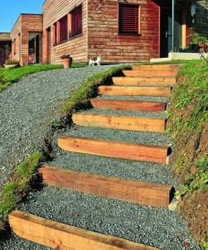 Un Escalier Exterieur Avec Des Bastaings En Meleze Escalier Exterieur Escalier De Jardin Marches Jardin