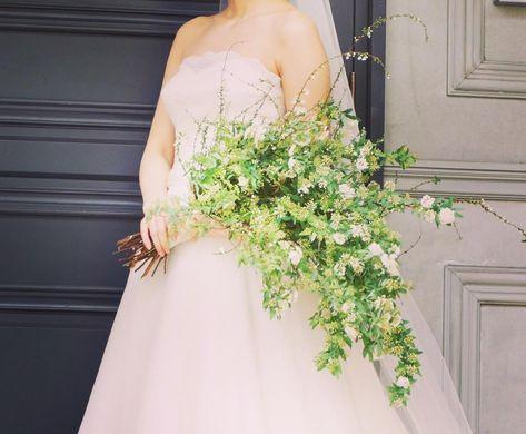 今しかないお花だけのブーケ。#こでまり と、#雪柳。シンプルなりに自然な流れと形をつくるのが難しくてあんがい作成に苦戦しましたー。抱える感じに持っていただきたく。。 とにかくシンプルで自然なお花の姿と形がぴったり。 ほーんとに美しいご新婦様でした。 #trunkbyshotogallery#wedding #florist #flowers #bouquet #結婚式場 #takeandgiveneeds #spring  #プレ花嫁 #卒花嫁  #2017春婚  #2017夏婚 #brise #decoration #design #natural  #nature  #photograph #weddingdress  #green